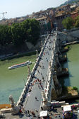 Ponte St. Angelo looking across the Tevere river (Tiber) from the top Castel St. Angelo — Stock Photo