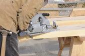 Плотник резания шаги в 4 x 12 — Стоковое фото