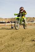 トラック レースに土のバイク レーサー — ストック写真