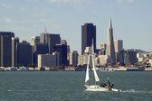 游艇与城市景观 — 图库照片