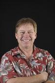 Mal rasé homme âgé moyen en floral chemise homme — Photo