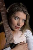 Chitarra carezzevole chitarrista femminile nel vicino — Foto Stock