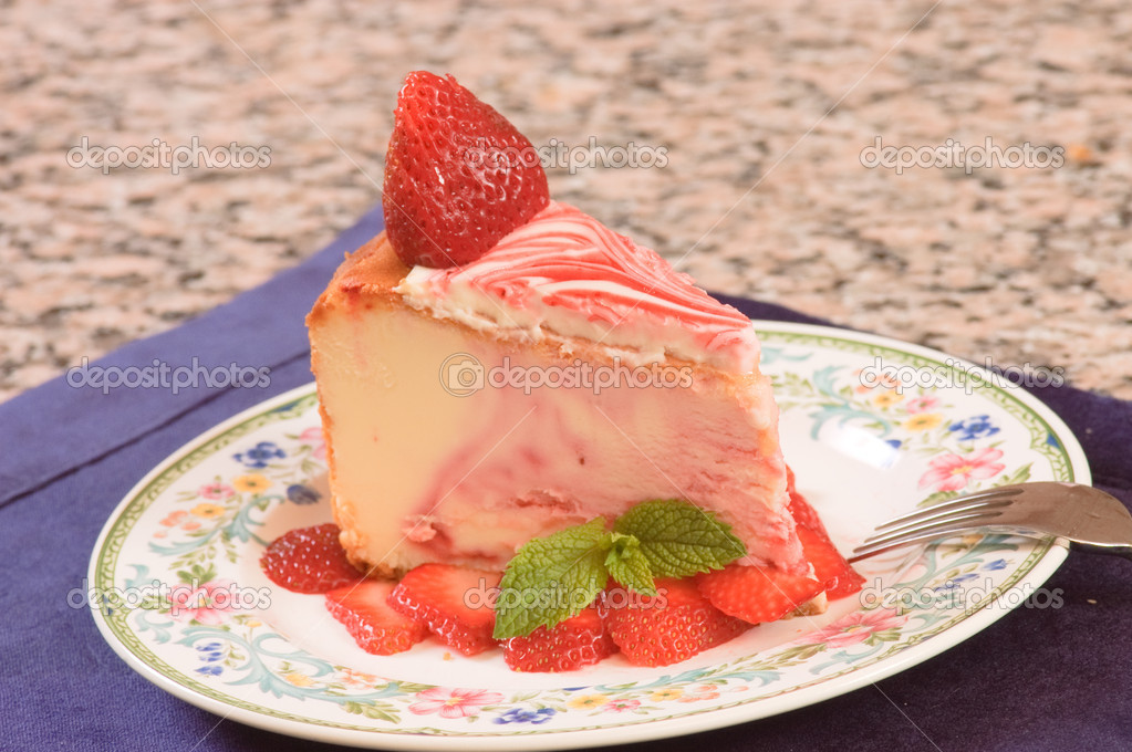 Plate of strawberry cheescake with fresh strawberries — Stock Photo #11113738