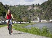 Woman on bike — Stockfoto