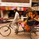 Motion Blur Pan Cycle Rickshaw Passengers India — Stock Photo #12005723