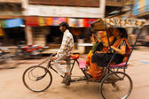 Desenfoque de movimiento pan ciclo rickshaw pasajeros india — Foto de Stock