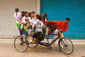 Dziewczyny w szkole autobus transport cyklu riksza indie — Zdjęcie stockowe