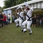 CAMBRIDGE UK JULY 29 2012: Morris Dancers performing at the Cam — Stockfoto
