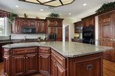 Küche mit großen center-insel — Stockfoto