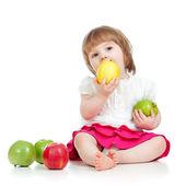 Barnet äta hälsosam mat äpplen — Stockfoto