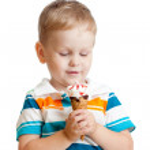 快乐的孩子男孩在被隔绝的工作室吃冰淇淋 — 图库照片