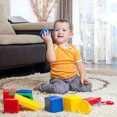 小孩玩积木在家里. — 图库照片