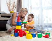 Chico guapo de la madre y el niño jugando juntos interior — Foto de Stock