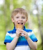 Ragazzo bambino mangiare un gustoso gelato all'aperto — Foto Stock