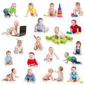 Gezinme bebekler ve küçük çocuklar üzerinde beyaz izole oyuncaklarla kümesi — Stok fotoğraf