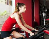 Jonge vrouw uit te oefenen op de sportschool — Stockfoto