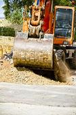 оранжевый экскаватор на работе в большой песочник — Стоковое фото