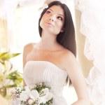 Beautiful bride posing in her wedding day — Stock Photo