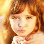 Little girl sends kiss — Stock Photo