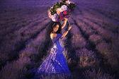 美丽的女孩在薰衣草田地 — 图库照片
