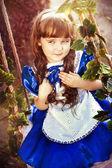 Klein meisje swingen — Stockfoto