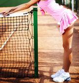 ボールとラケットの閉じたテニスコートの若い女の子の足 — ストック写真