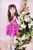 Hermosa chica vestida de rosa en el estudio — Foto de Stock