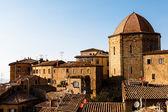 ドームとヴォルテッラ タスカニー、イタリアの小さな町の家 — ストック写真