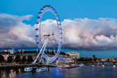 London Eye and Huge Cloud on London Cityscape in the Evening, Un — Stock Photo