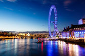 London eye en londen skyline in de nacht, verenigd koninkrijk — Stockfoto