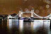 雨の夜、イギリスのロンドンのタワー ブリッジ — ストック写真