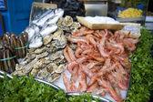 Austern und garnelen zu verkaufen — Stockfoto