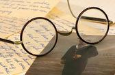 Bazı harfler üzerinde gözlük yaşlı çift — Stok fotoğraf