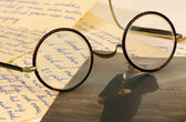 Staré pár brýle na některé dopisy — Stock fotografie