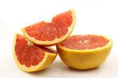 Vers en sappig rode grapefruit helften en segmenten — Stockfoto