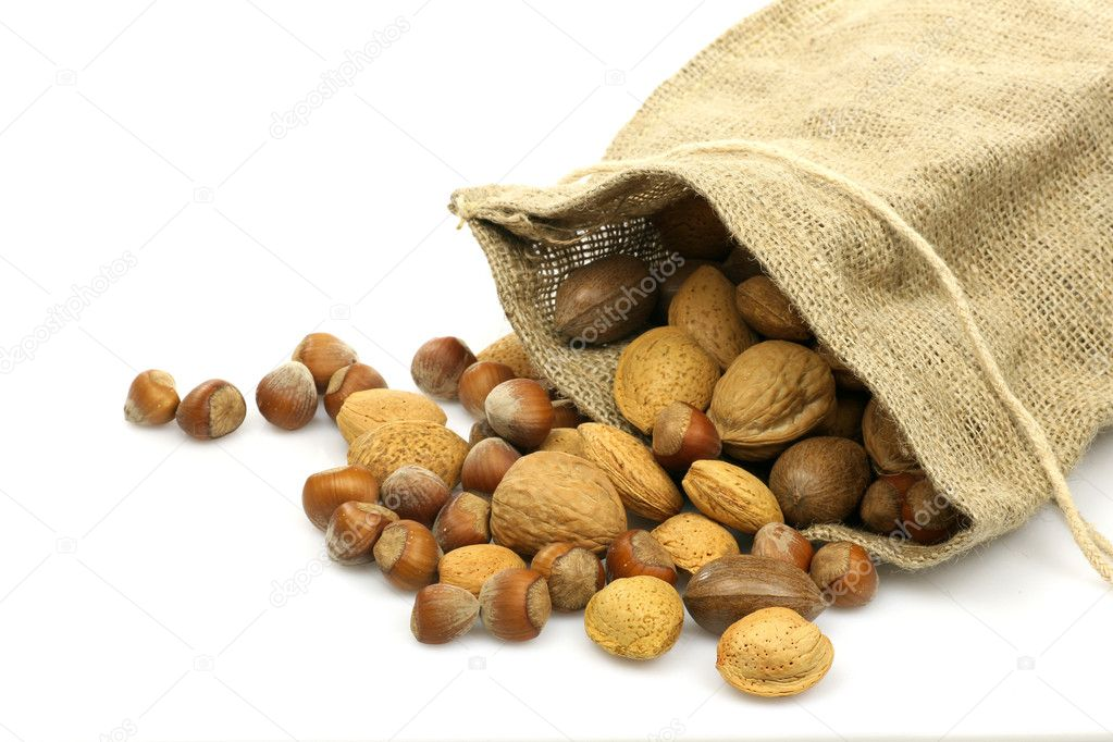 bolsa de arpillera con frutos secos variados sobre un fondo blanco u foto de tpzijl