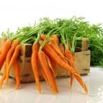 Свежеубранных морковь в деревянный ящик — Стоковое фото #11911919