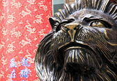 Lion Statue and Traditional Chinese Background — Stock Photo