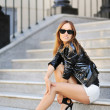 Glamorous young woman in sunglasses — Stock fotografie