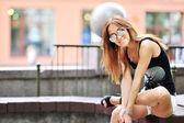 Primo piano di donna sexy in un centro storico — Foto Stock
