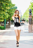 Beautiful girl in a sunglasses - Full length portrait — ストック写真