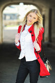 Beautiful young fashion woman with bag — Stock Photo