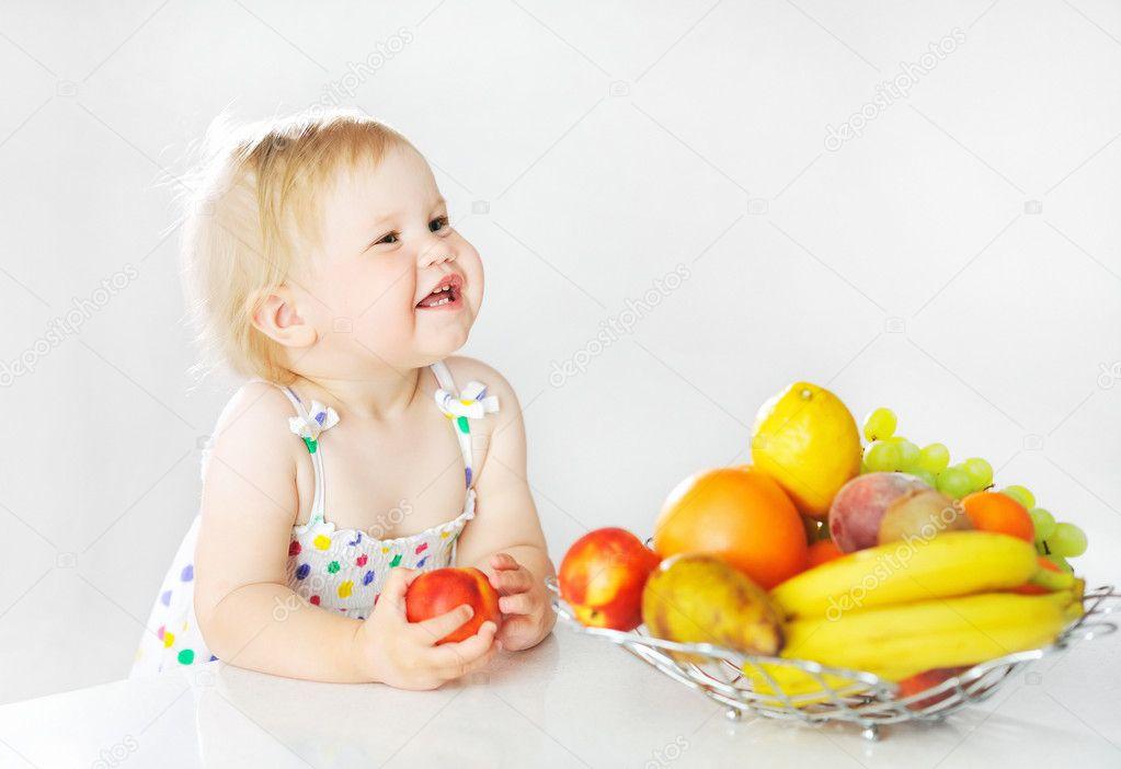 苹果的可爱小女孩 — 图库照片08paultarasenko
