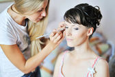 Joven hermosa novia aplicando boda maquillaje por make-up artist — Foto de Stock