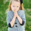 Foto Stock: Little girl praying