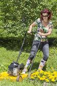 Smilling žena je sekání trávy — Stock fotografie