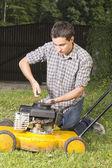 ремонт желтый движенца газон — Стоковое фото