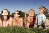 Gelukkige familie genieten van buitenleven op een zonnige dag — Stockfoto
