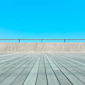 Balcony, Wood plank floor, concrete fence, blue sky. Bottom view — Stock Photo