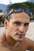 Przystojny mężczyzna z okulary na głowie — Zdjęcie stockowe